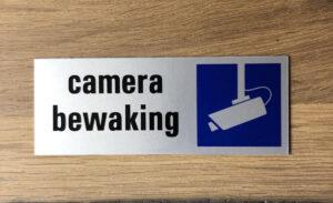 Camera bewaking bordje opgehangen